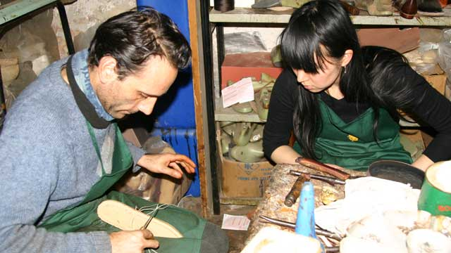 Shoemaking lesson in Florence - photo courtesy of StudiainItalia