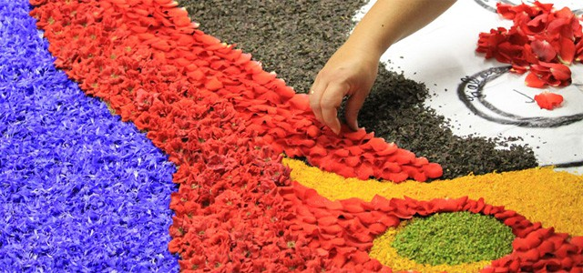Infiorata: preparation of a flower carpet on Spello's streets - image from stradadeivinidelcantico.it