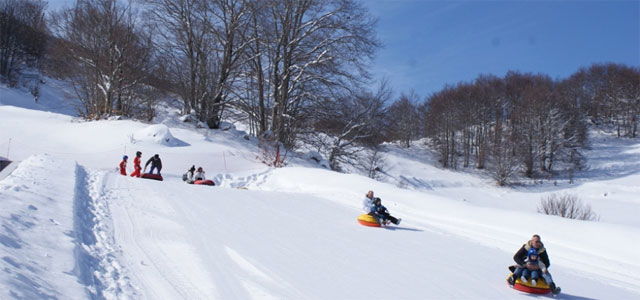 Snow tubing in Abruzzo - image from roccarasoturismo.it