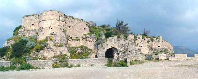 The ruins of the Norman Castle in Gerace. Image from mondimedievali.net