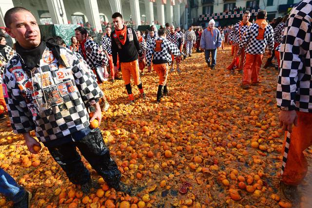 A carpet of oranges after the battle! Note: oranges must be imported from Sicily, mainly coming from the leftovers of the winter crop. Image from Zingarate.