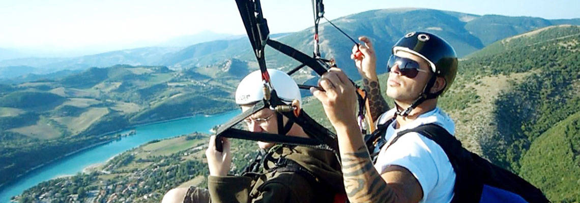 Paragliding in Fiastra, Marche, Italy. Image from lagodifiastra.it