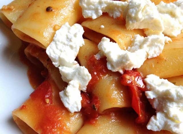 Summer recipes: paccheri with ricotta cheese and tomatoes